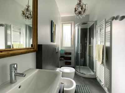 Bathroom with decorative details