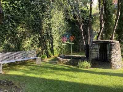 Jardin avec puits, art et banc design