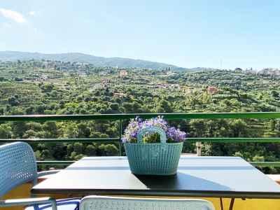 Terrasse avec vue sur les vertes collines de Vallebona