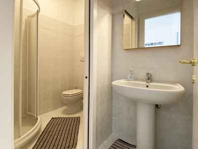 Salle de bain avec douche près du salon