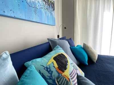Oreillers colorés sur le lit bleu
