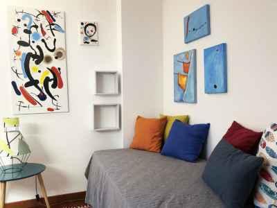 Letto di vacanza con cuscino e tele colorate
