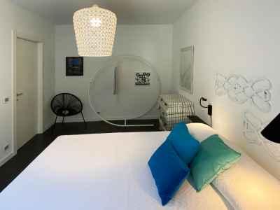 Camera da letto con arte contemporanea
